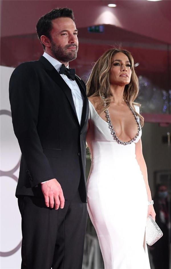 Jennifer Lopez ve Ben Affleck aşk gösterisi yaptı: Beklenen öpücük geldi